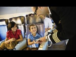 Полет в самолете с детьми — что взять с собой, чем занять ребенка